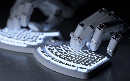 Robot che scrive su tastiera del pc
